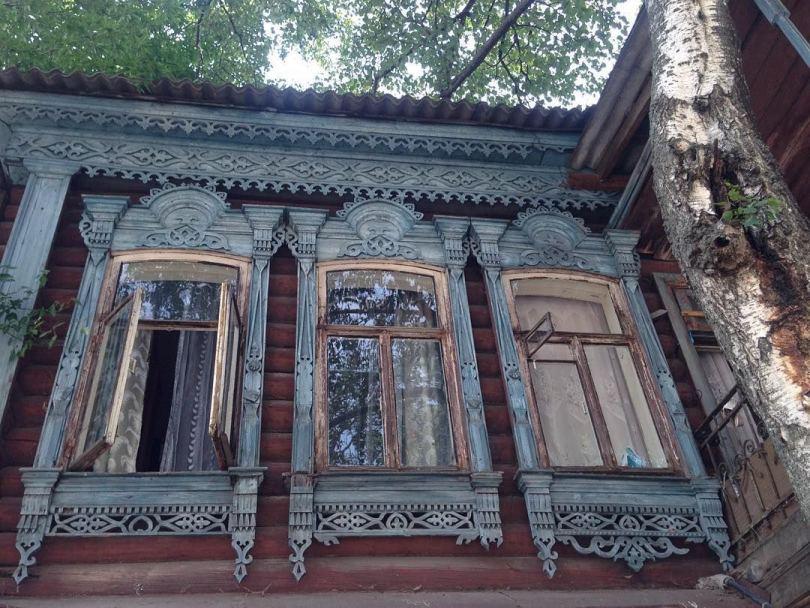 Белые наличники на окна в деревянном доме
