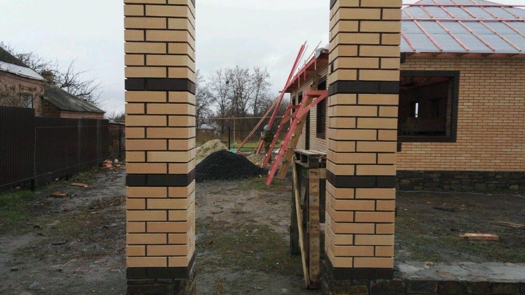 кладка заборных столбов из кирпича